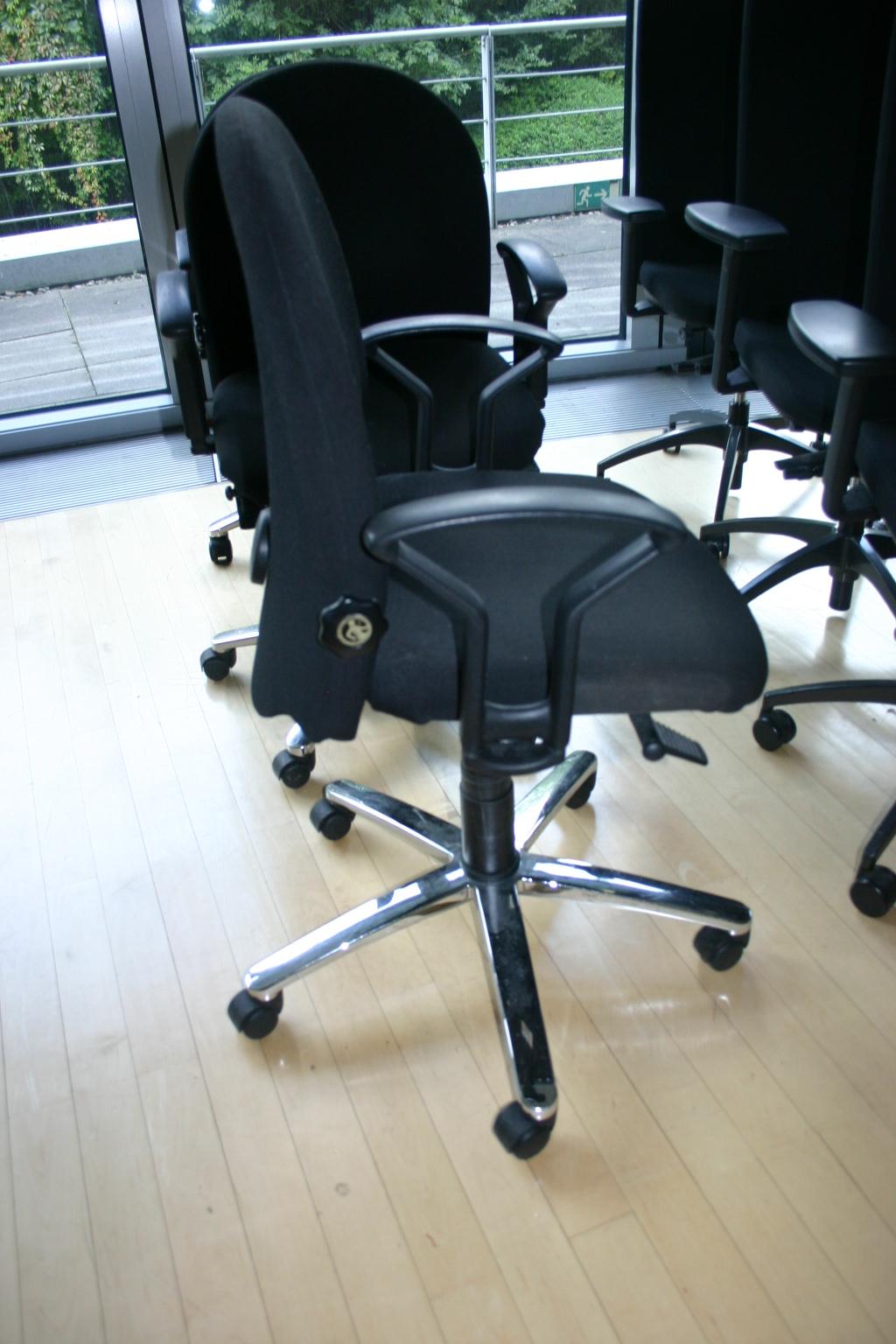 drehstuhl in schwarz von k nig neurath modell targo. Black Bedroom Furniture Sets. Home Design Ideas
