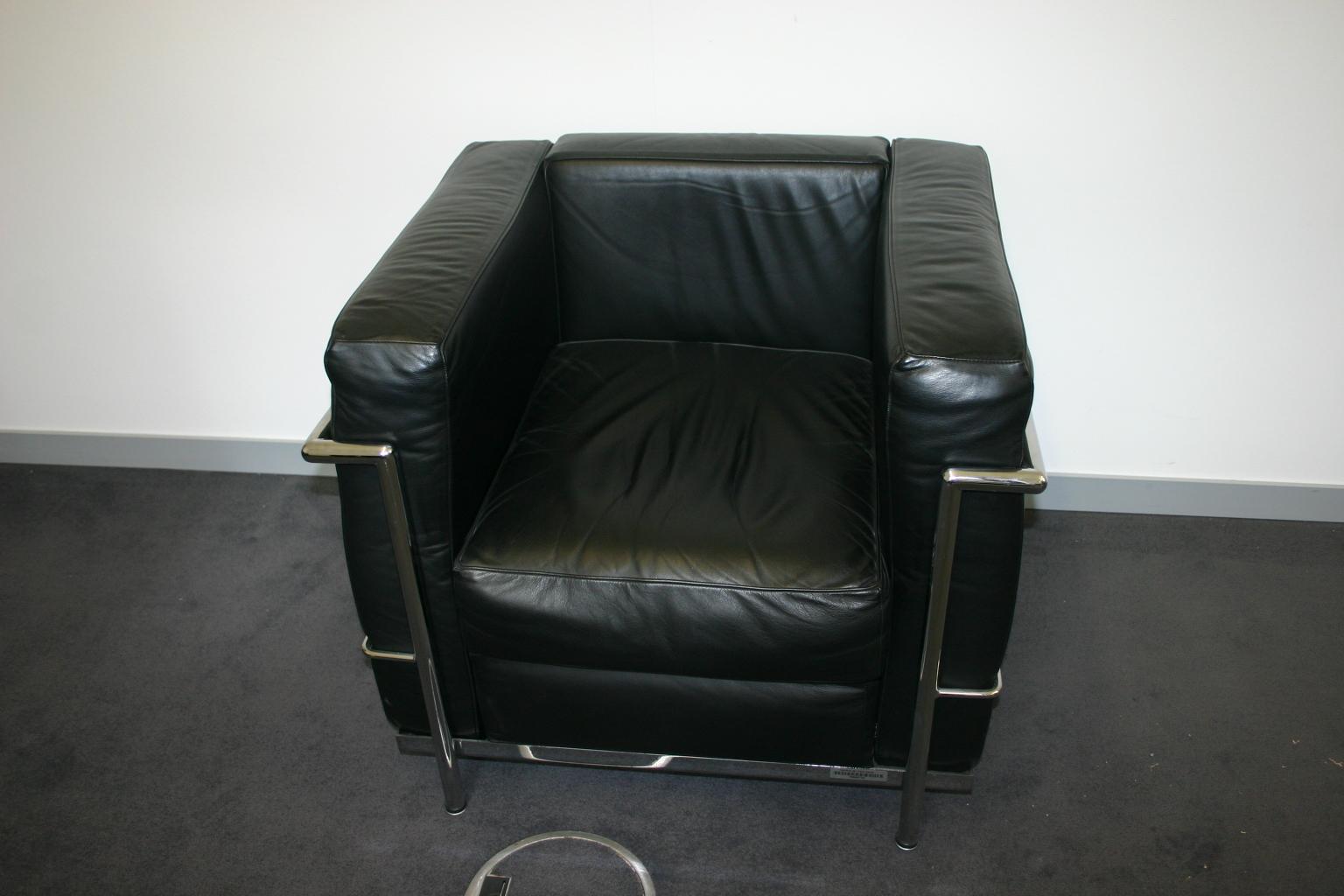 Eleganter sessel in schwarzem leder le corbusier nachbau for Corbusier nachbau