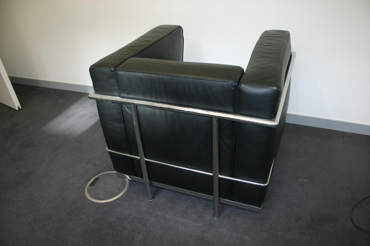 Eleganter sessel in schwarzem leder le corbusier nachbau for Design lampen nachbau