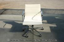 Eleganter  AluChair EA117 in weißem Leder von Vitra, Charles Eames
