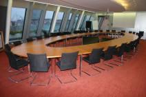 Großer Konferenztisch in Nussbaum für bis zu 34 Personen