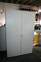 Aktenschrank / Garderobenschrank in lichtgrau mit Flügeltüren
