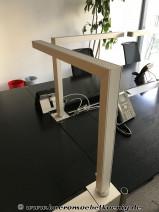 Schreibtischleuchte mit Steckdosen für USM Haller Tisch