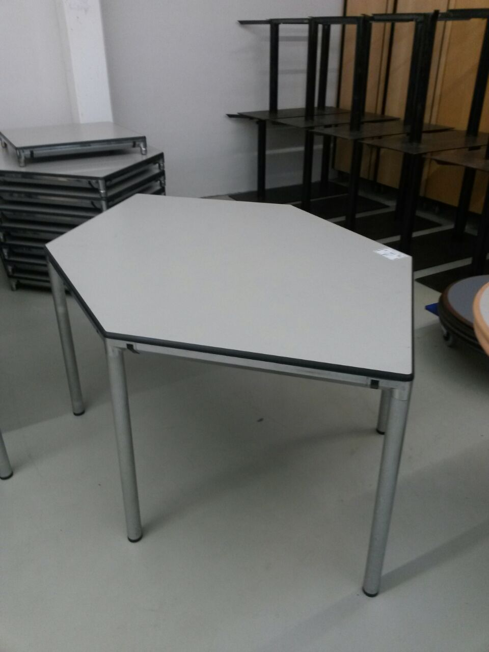 sechseckiger tisch von vitra in grau. Black Bedroom Furniture Sets. Home Design Ideas