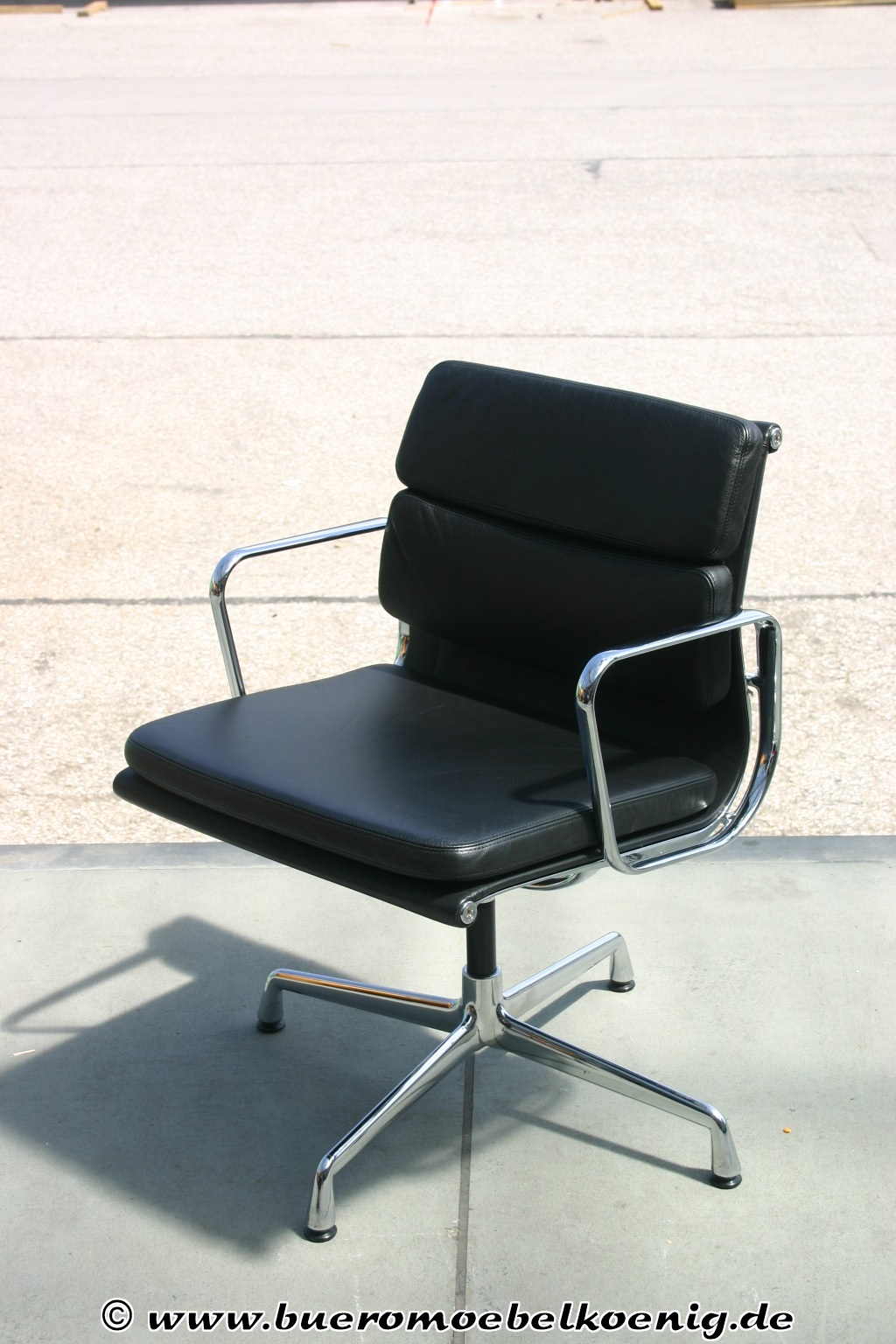 eleganter softpad chair ea208 von vitra charles eames. Black Bedroom Furniture Sets. Home Design Ideas