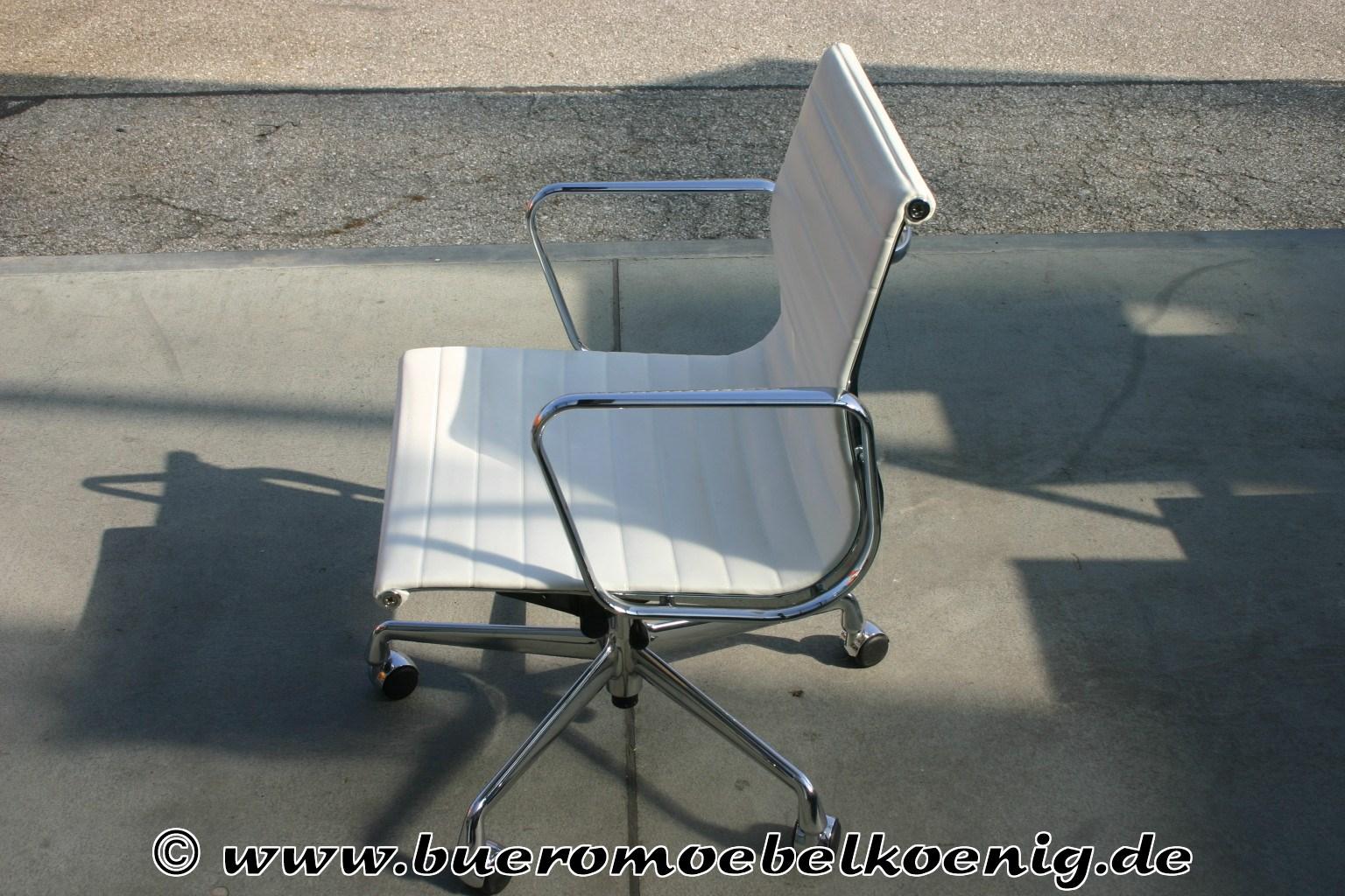 eleganter aluchair ea117 in wei em leder von vitra. Black Bedroom Furniture Sets. Home Design Ideas