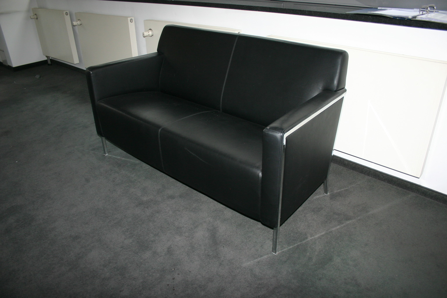 sofa in schwarzem leder von moroso sofas sessel. Black Bedroom Furniture Sets. Home Design Ideas