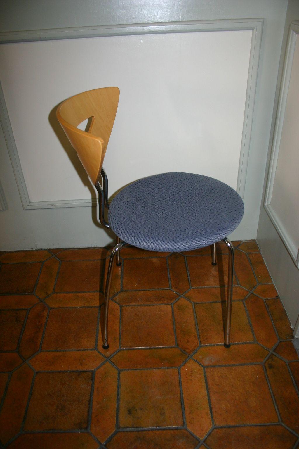 stapelstuhl in blau buche chrom von kusch co tische. Black Bedroom Furniture Sets. Home Design Ideas