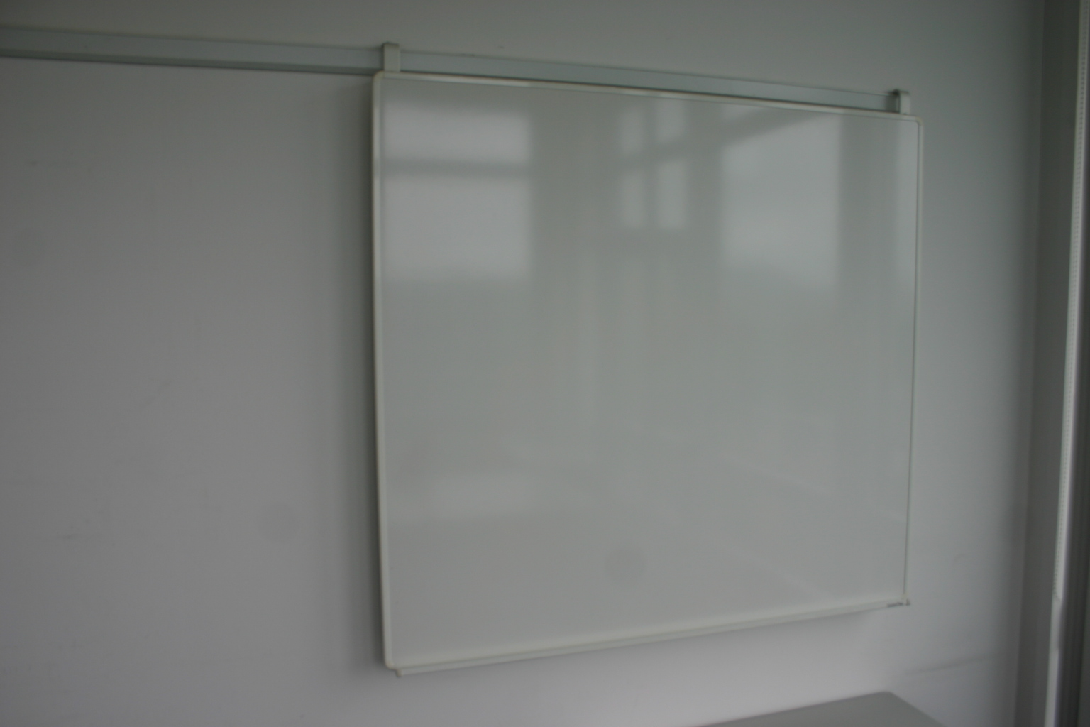 whiteboard mit wandschiene gr e 89 x 120 cm magnetisch. Black Bedroom Furniture Sets. Home Design Ideas
