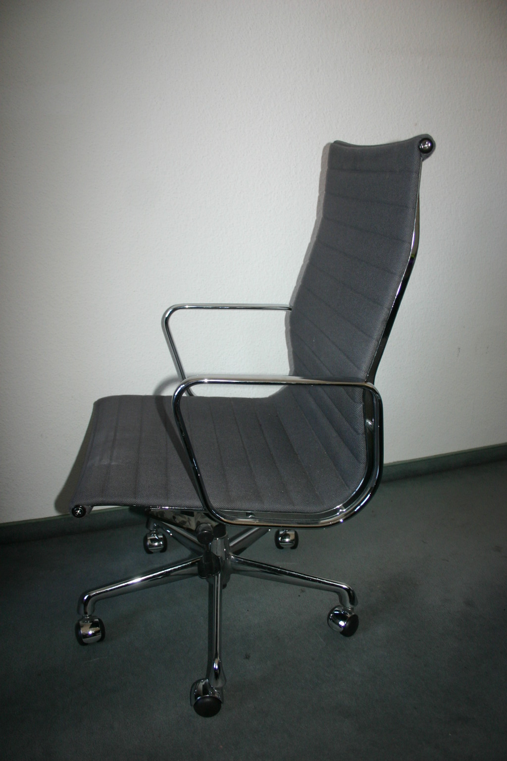 eleganter b rostuhl ea119 von vitra charles eames. Black Bedroom Furniture Sets. Home Design Ideas