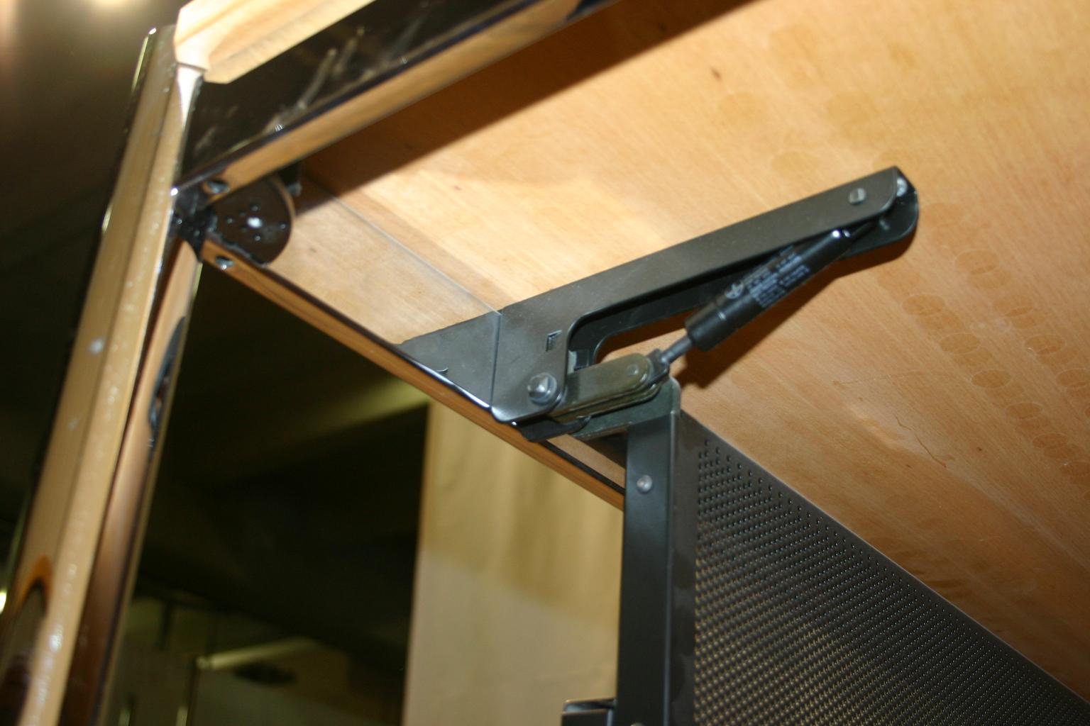 knieblende kabelkorb von usm haller in schwarz. Black Bedroom Furniture Sets. Home Design Ideas